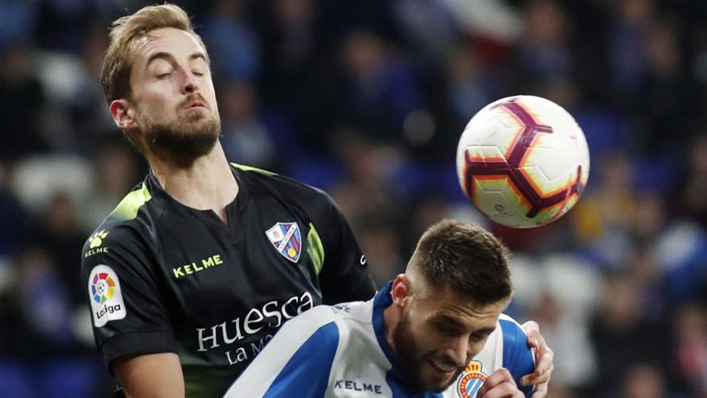 David López pelea un balón contra el Huesca.