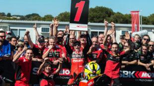 Álvaro Bautista celebra el triunfo con su equipo.