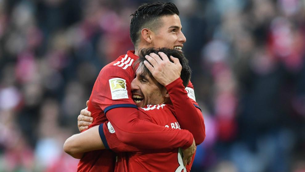 Javi Martínez celebra junto a James su gol ante el Hertha Berlin