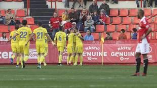 Los jugadores del Cádiz celebran uno de los tres goles en el Nou...