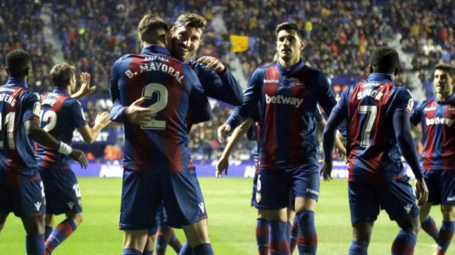 Campaña celebra un gol con Borja Mayoral.