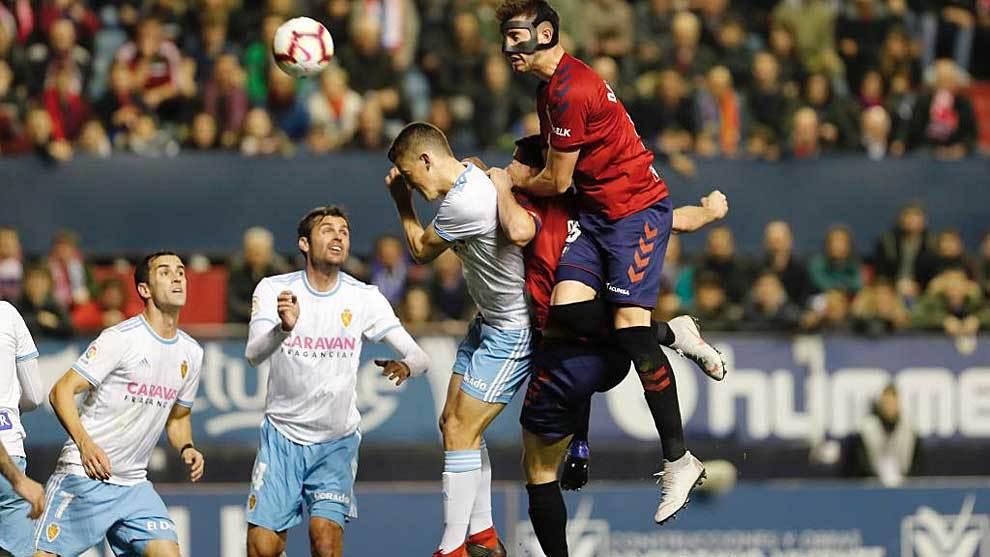 David García con su máscara despeja de cabeza un balón aéreo en El...