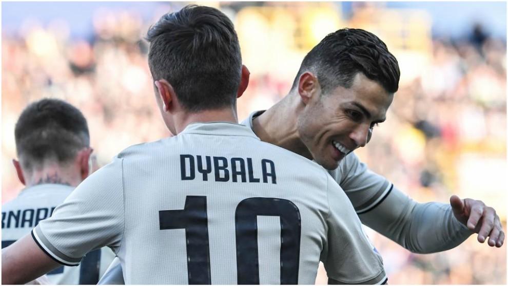 Cristiano Ronaldo felicita a Dybala tras su gol.