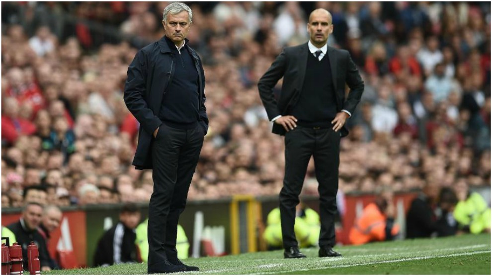 Guardiola y Mourinho dan instrucciones durante un derbi de...