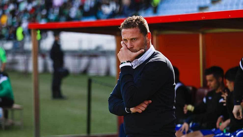 Un pensativo Curro Torres durante el partido en el Juegos...
