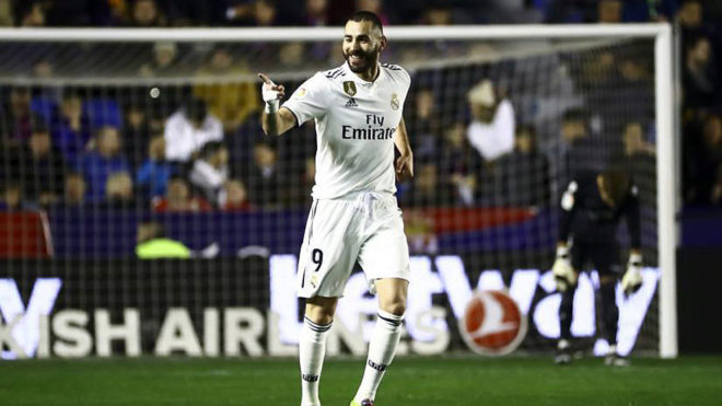 Benzema celebrates his goal at Levante.