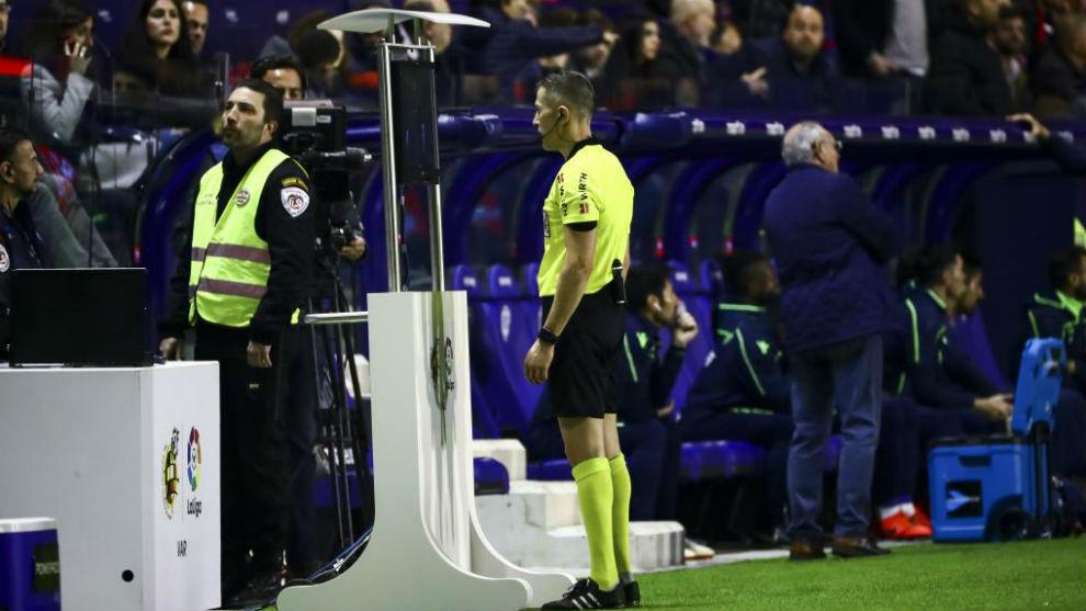 Iglesias Villanueva revisa el vídeo durante el partido entre Real...