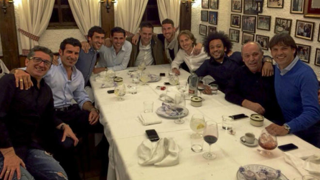 Javi garcía Coll, entre Hierro y Ramos, en una cena de jugadores del...