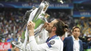 Bale besa la Champions conquistada en Kiev