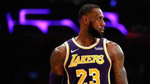 LeBron James durante un partido con los Lakers