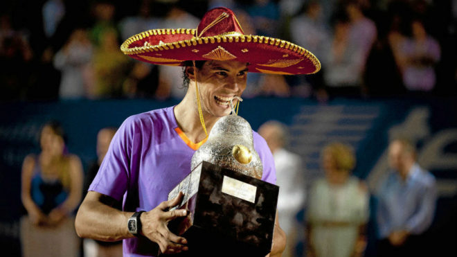 Nadal muerde el trofeo de Acapulco en 2013 AFP b9544257bf2