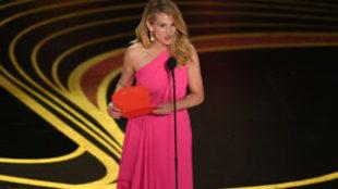Julia Roberts presentando el premio a Mejor Película para 'Green...