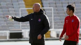 Jordi dirige un entrenamiento en el estadio de MontjuÏc.
