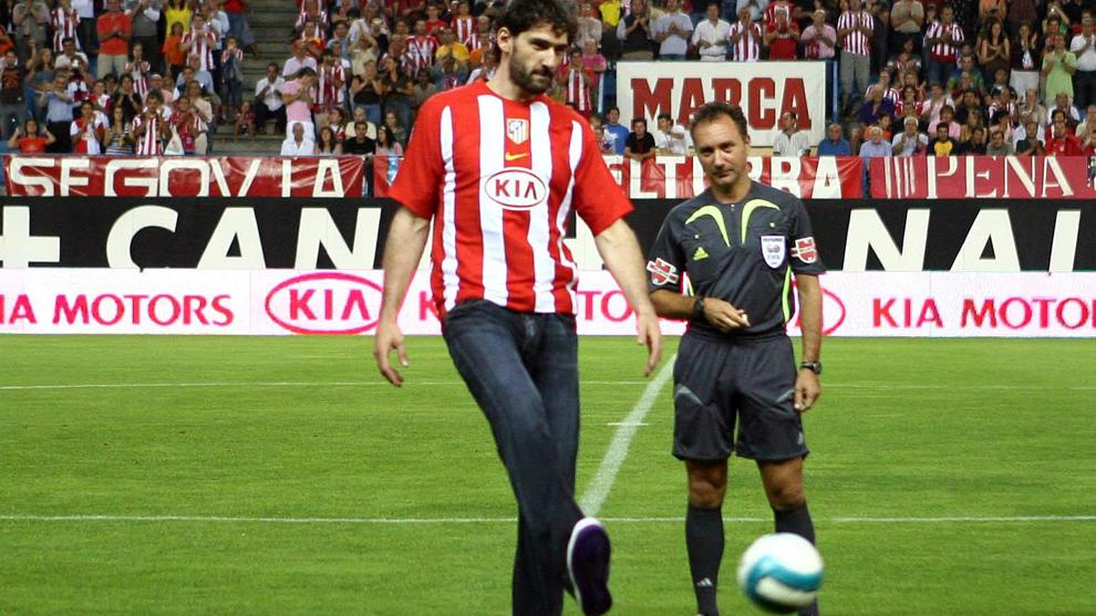 Garbajosa hace el saque de honor en el Calderón