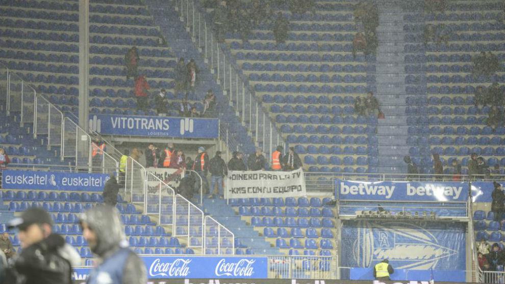 Mendizorroza vacío en el Alavés-Rayo para protestar por los...