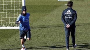 Isco, junto a Solari en un entrenamiento del Real Madrid.