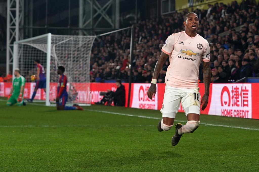 """WO001. LONDRES (REINO UNIDO), 27/02/2019.- Ashley Young de <HIT>Manchester</HIT><HIT>United</HIT> celebra tras anotar un gol este miércoles durante un juego de la Liga Premier Inglesa entre Crystal Palace y <HIT>Manchester</HIT><HIT>United</HIT>, en el Selhurst Park de Londres (Reino Unido). EFE/ Will Oliver/ SOLO USO EDITORIAL. No utilizar con audio? video? datos? listas de dispositivos? logotipos de clubes / ligas o servicios """"en vivo"""" no autorizados. El uso en línea dentro del partido está limitado a 120 imágenes? sin emulación de video. No utilizar en apuestas? juegos o publicaciones individuales de clubes / ligas / jugadores"""