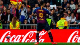 Luis Suárez festeja su gol ante la grada del Bernabéu.