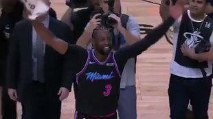Wade celebra su canasta ganadora con la grada de Miami