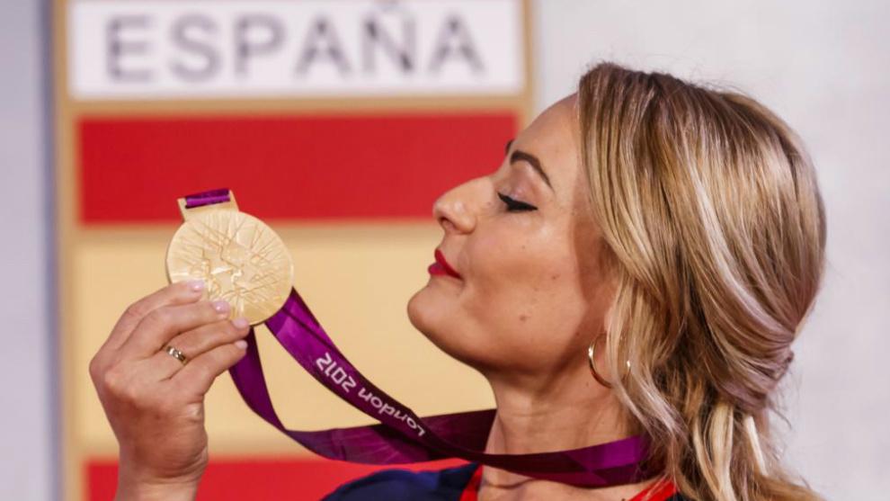 Lydia Valentín observa su primer oro olímpico.