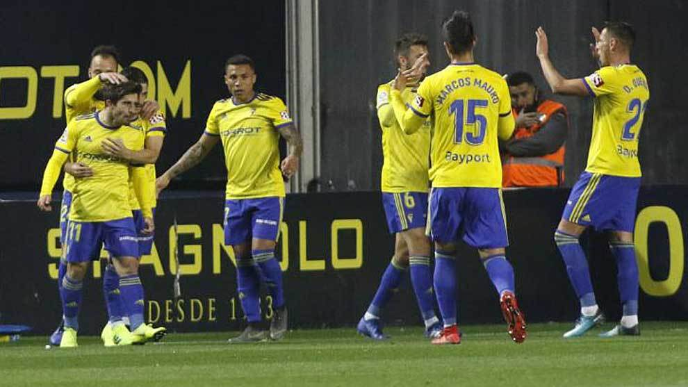 Los jugadores del Cádiz celebran un gol al Tenerife en el Ramón de...