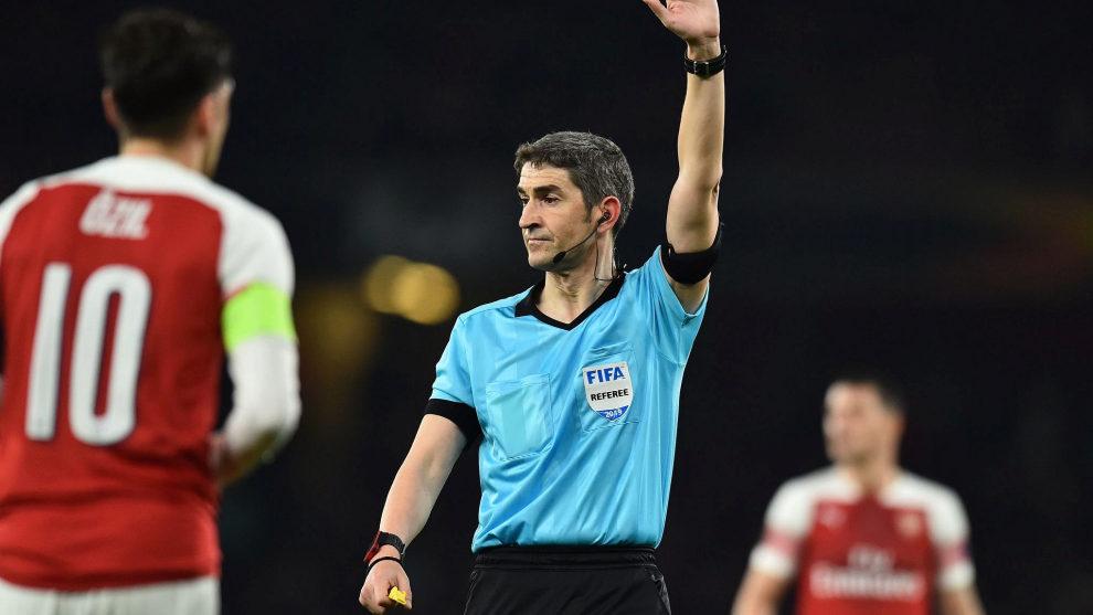 Undiano Mallenco refereeing a game involving Arsenal.