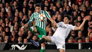 Bartra, en una acción del Valencia-Betis.