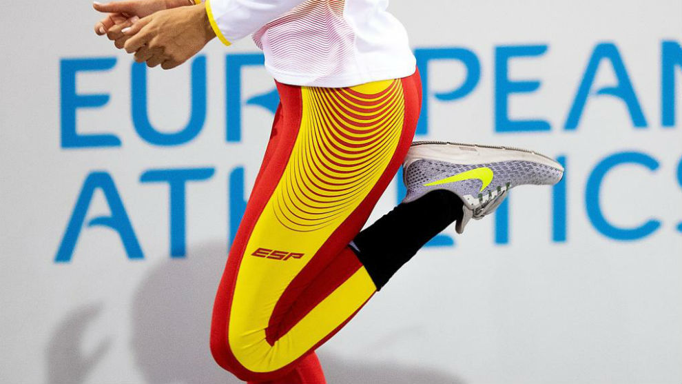 Una atleta española se entrena durante el Europeo pista cubierta de...
