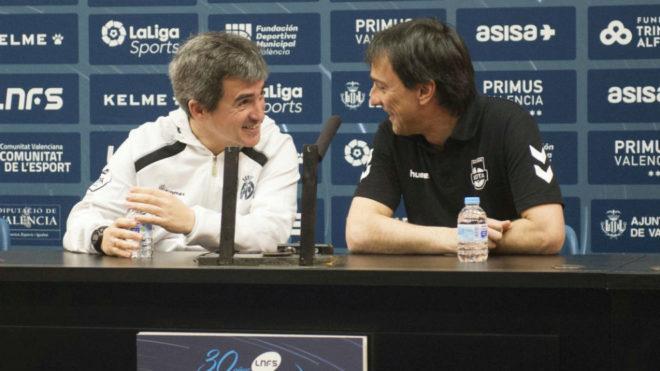 Juanlu Alonso e Imanol Arregui, sonrientes en la previa del partido.