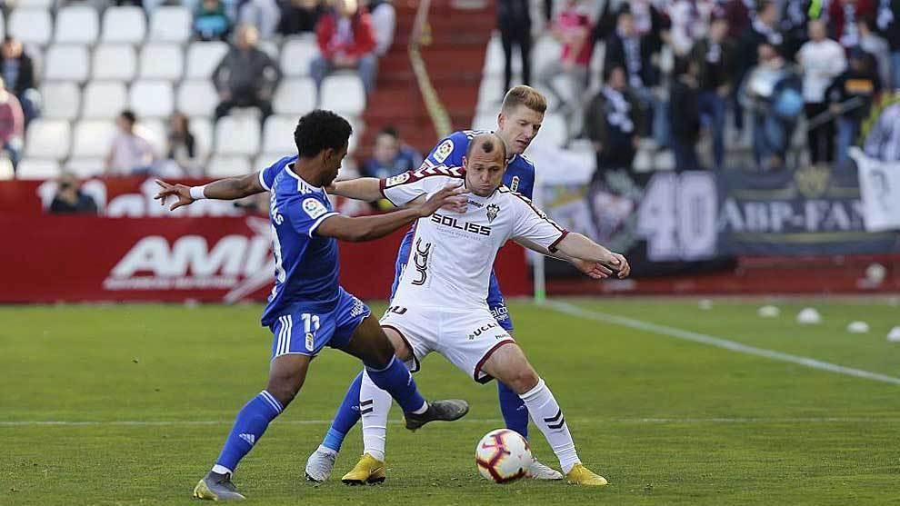 Zozulia disputa el balón con Bárcenas y Mossa en el partido ante el...