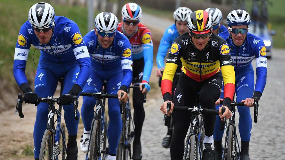 Yves Lampaert, campeón belga, prueba los adoquines de Flandes con sus...