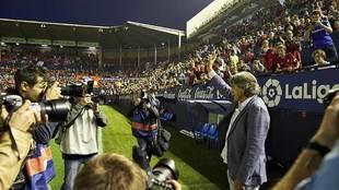 Enrique Martín saluda a la afición rojilla antes del partido con el...