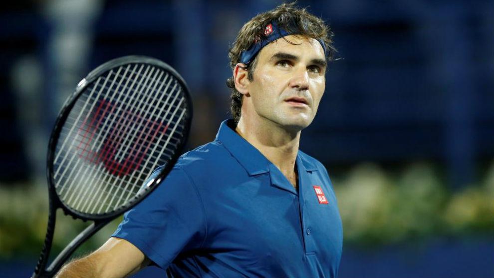 Federer tira una bola a la grada