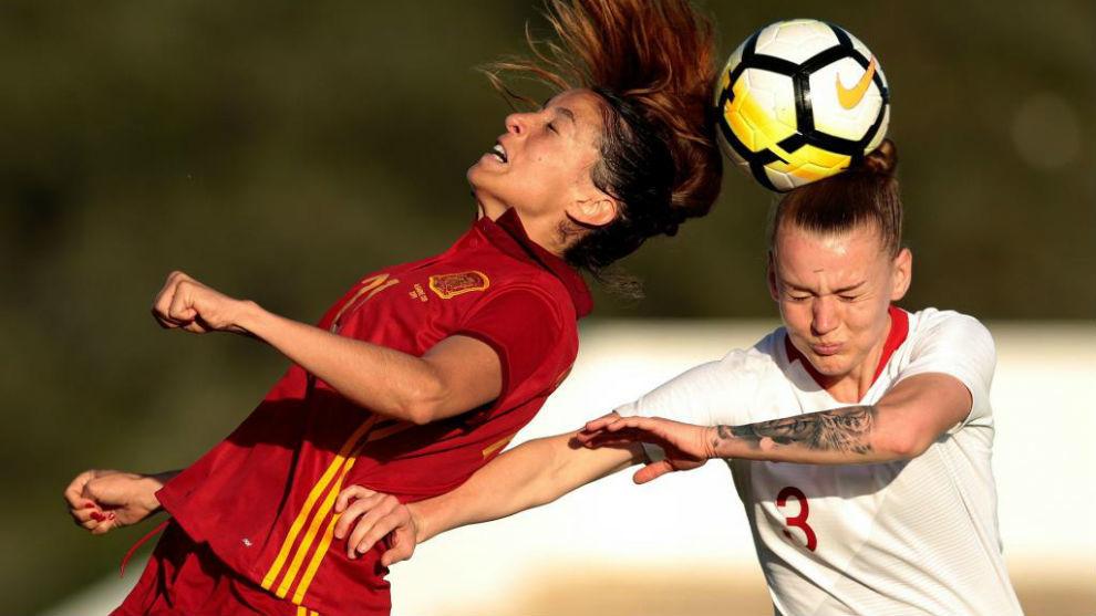 Olga García puja por un balón con Gabriela Grzywinska en la Copa Algarve. 658997c26afa6
