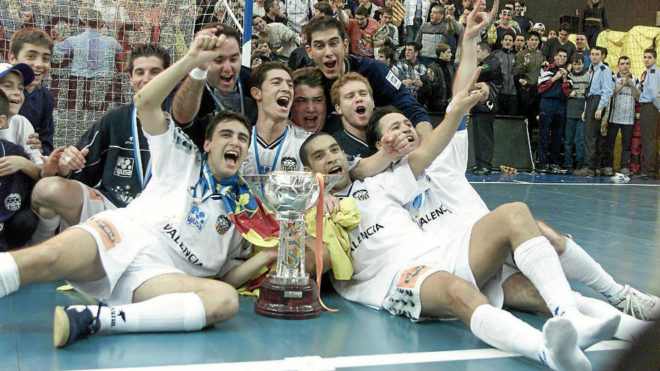Rafa celebra junto a sus compañeros la Copa ganada por Vijusa en...