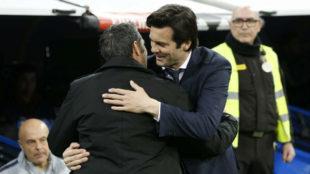 Solari y Valverde se saludan antes del Clásico del pasado miércoles...