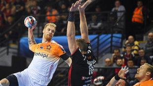 Truchanovicius, del Montpellier, intenta lanzar ante Kristopans