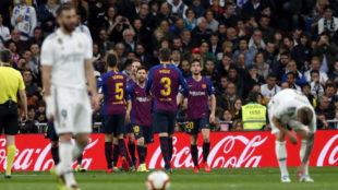 El Barça celebra el gol en el Bernabéu.