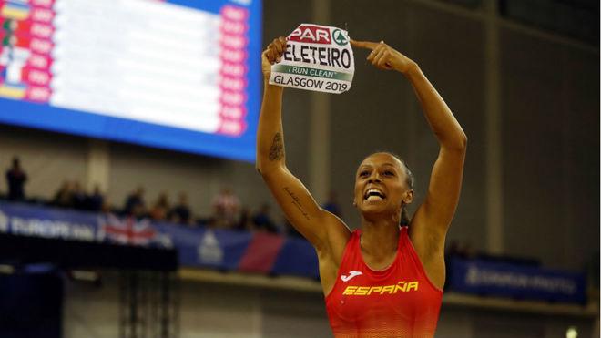 Ana Peleteiro festeja el oro logrado en triple