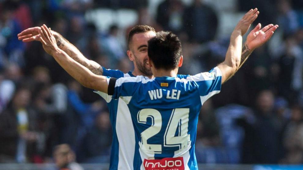 Wu Lei celebra el gol con Darder