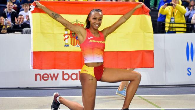 Ana Peleteiro con la bandera de España tras conquistar la medalla de...