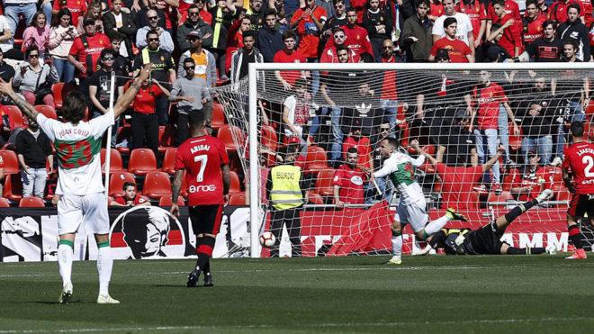 Iván Sánchez celebra el gol del Elche que abría el marcador