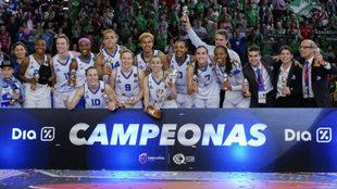 El Perfumerías Avenida posa con su tercer título de Copa consecutivo