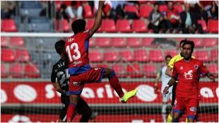 Álex Alegría y  Derik Osede luchan por hacerse con el balón ante la...