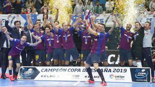 Sergio Lozano levanta el trofeo de campeón.