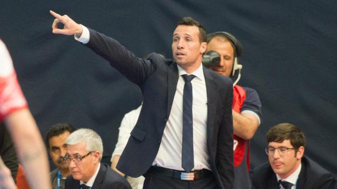 Diego Giustozzi da instrucciones durante el partido.