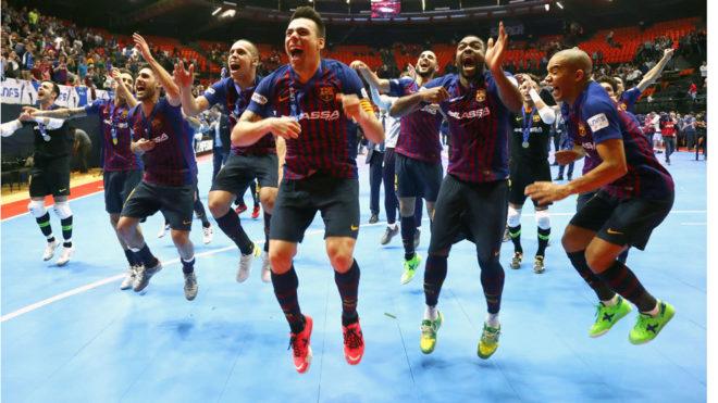 Los jugadores del Barça Lassa celebran el título.
