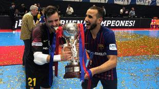 Dídac y Boyis, con el trofeo.