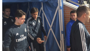 Raúl sale al campo dando instrucciones a sus jugadores.