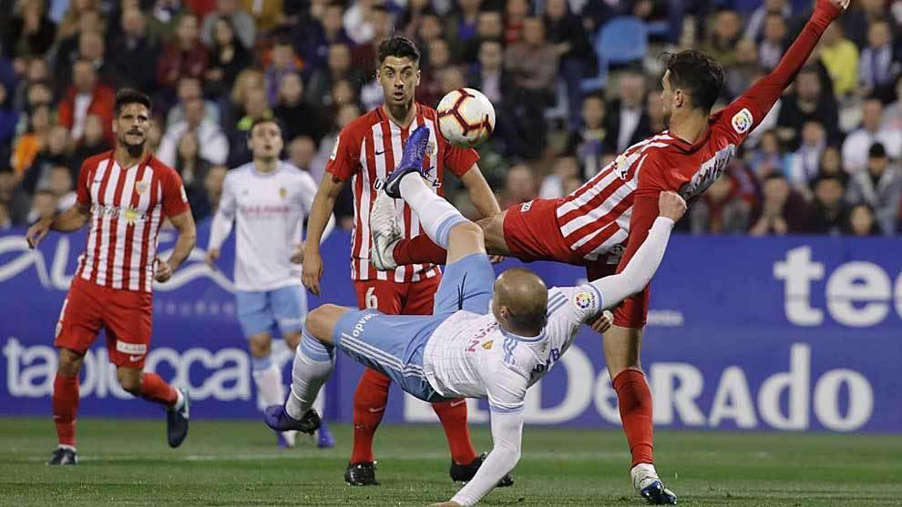 Pombo disputa el balón en una posición acrobática ante un rival